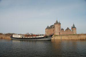 schepen van navigo zijn geschikt voor  uitvaart op het water, ceremonie en kist aan boord, varen naar noorderbegraafplaats of zorgvlied
