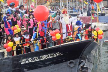 sinterklaas op de sailboa tijdens de intocht op amsterdam ijburg