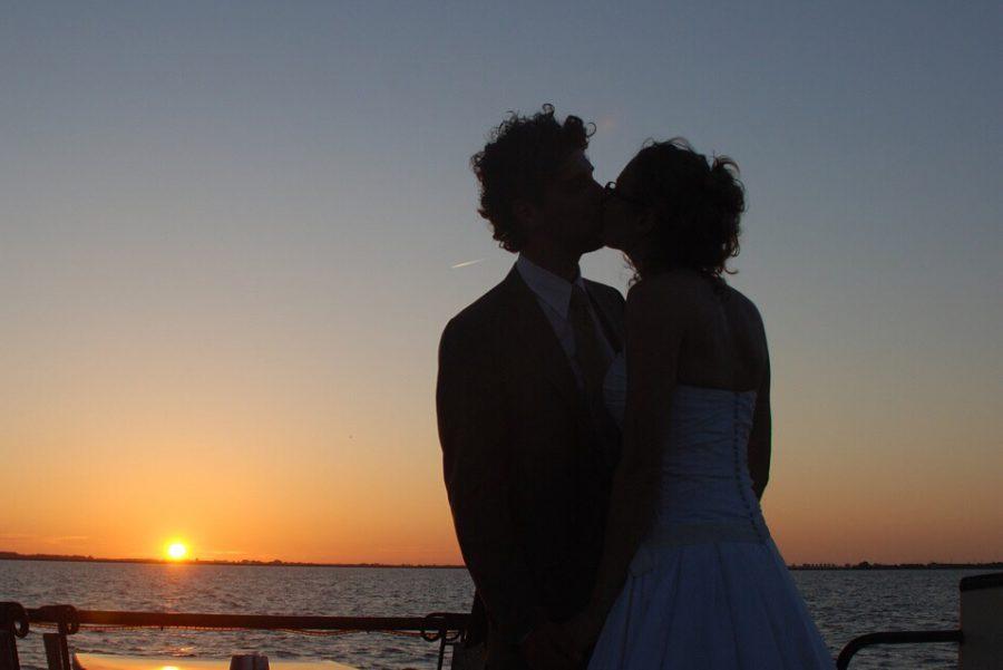 bruiloft op het water, varend trouwen, borrel, feest en diner aan boord