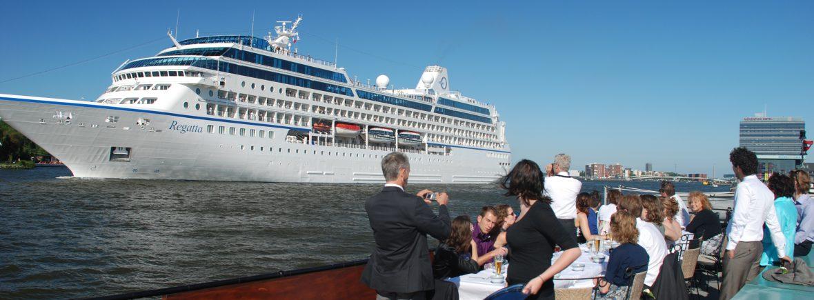 Sailboa vaart met gasten langs schip in de Amsterdamse haven zakelijke gelegenheden Rederij Navigo