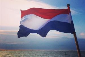 vlag van sailboa en elvira vaar mee en vier jouw jubileum, bruiloft, bedrijfsfeest, groepsuitje, familieuitje op het water, aan boord van onze boot