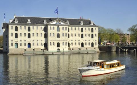 Salonboot Amber met op de achtergrond Het Scheepvaartmuseum Amsterdam