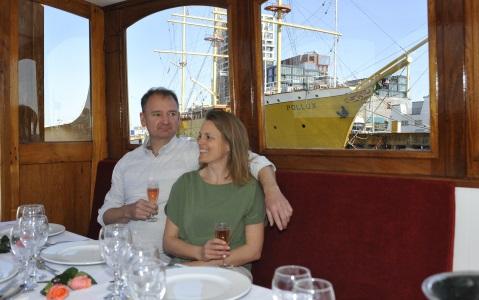 Salonboot Amber binnen diner opzet met gasten en uitzicht op pollux schip