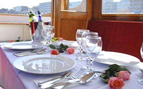 Salonboot Amber met diner setting uitzicht Amsterdam stad