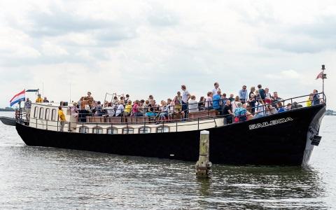 Veerdienst Amsterdam vaart met schip de Sailboa naar Pampus of het Muiderslot