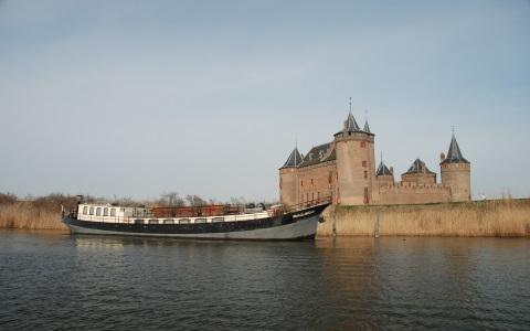 Het schip Sailboa ligt voor kasteel het Muiderslot Rederij Navigo