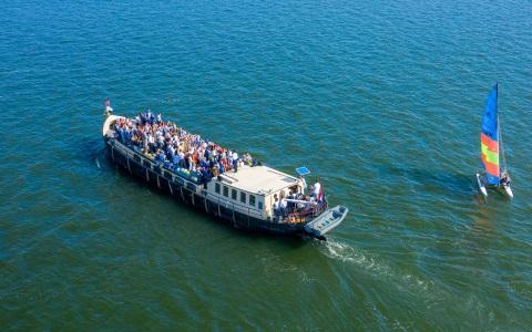 Mensen aan boord van de Sailboa onderweg op het IJmeer met een zeilboot Rederij Navigo
