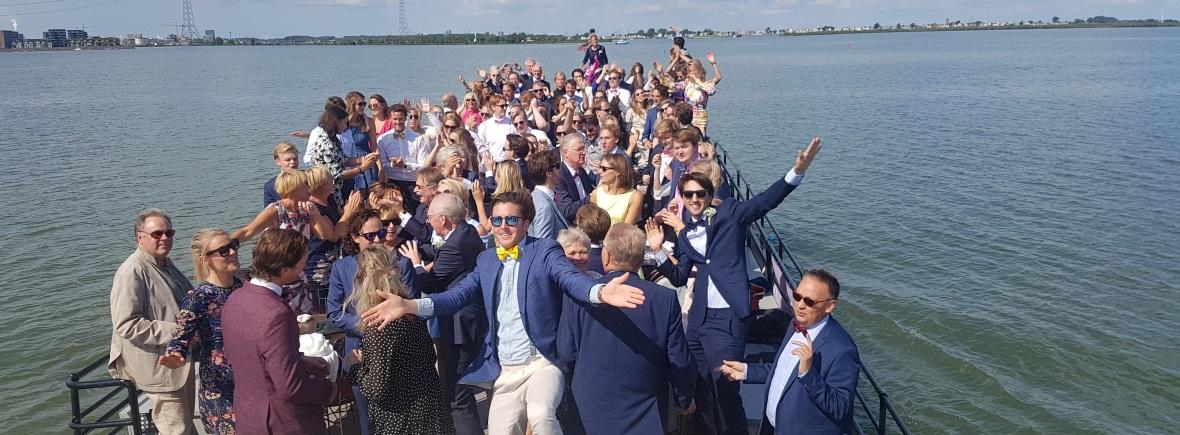 Feestende mensen op het dek van klipper Sailboa Rederij Navigo boten verhuur