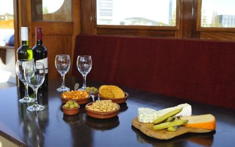 Borreltafel aan boord van de Salonboot Amber welke vaart voor Navigo Amsterdam