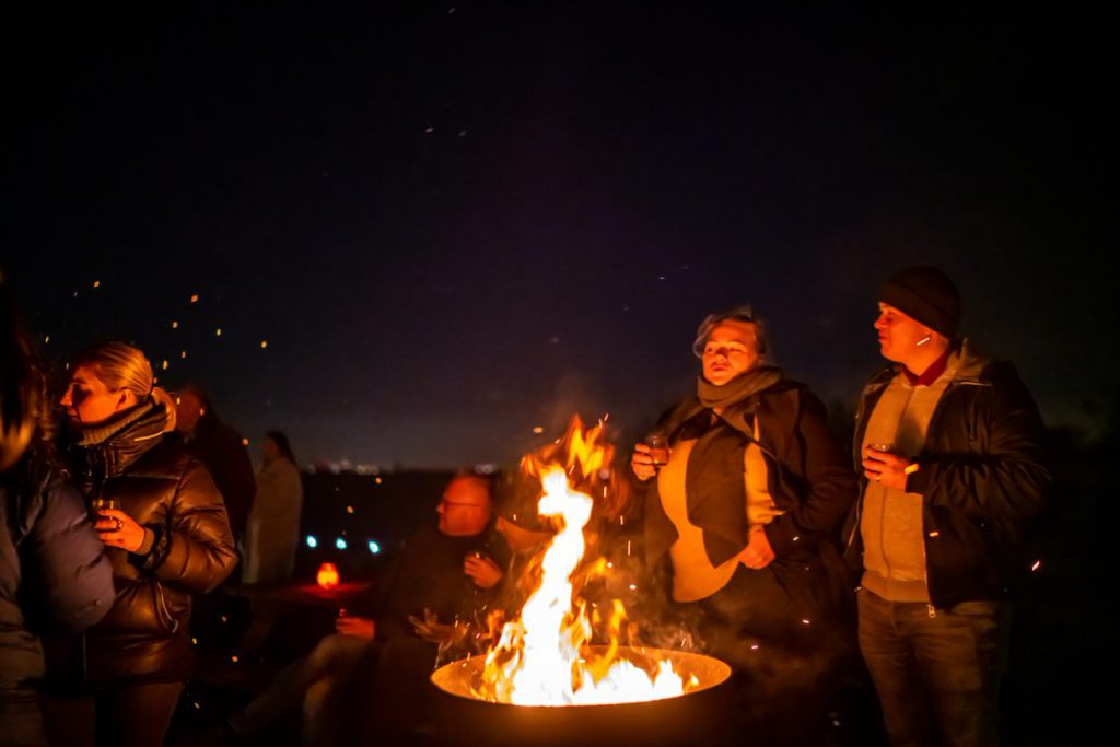 People enjoying a bonfire on Fortress Island Pampus winterlicht dinner night