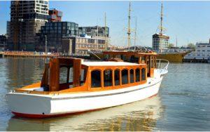 Amber ligt in het water voor het schip de Pollux en vaart voor kleine gezelschappen Rederij Navigo