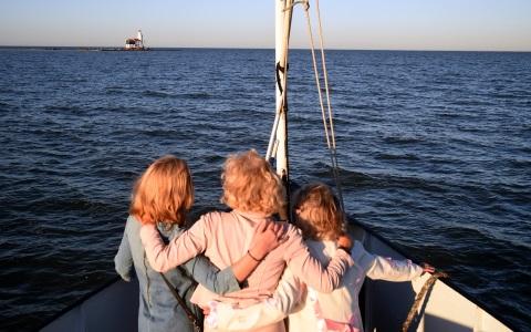 vrouwen staan op het voordek van Salonboot Elvira en kijken naar het Paard van Marken Rederij Navigo
