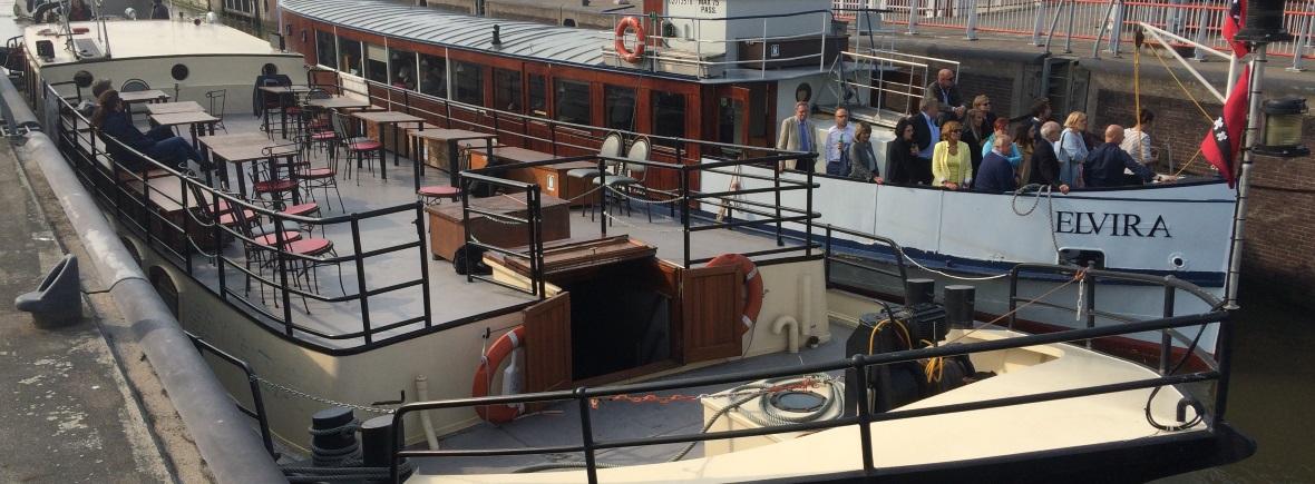 Salonboot Elvira met mensen op het voordek en Evenementenschip Sailboa samen Rederij Navigo