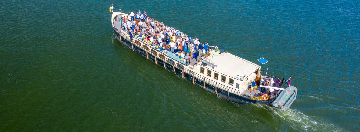 Evenementenschip Sailboa varend met gasten die aan het feesten zijn Rederij Navigo