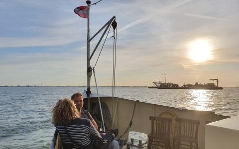 zonsondergang vanaf het voordek van Salonboot Elvira Take Away Boot Diner