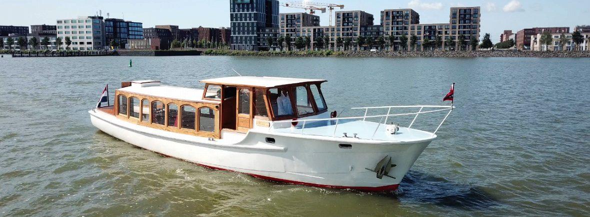 Rederij Navigo verhuurt salonboot Amber te zien in het IJmeer